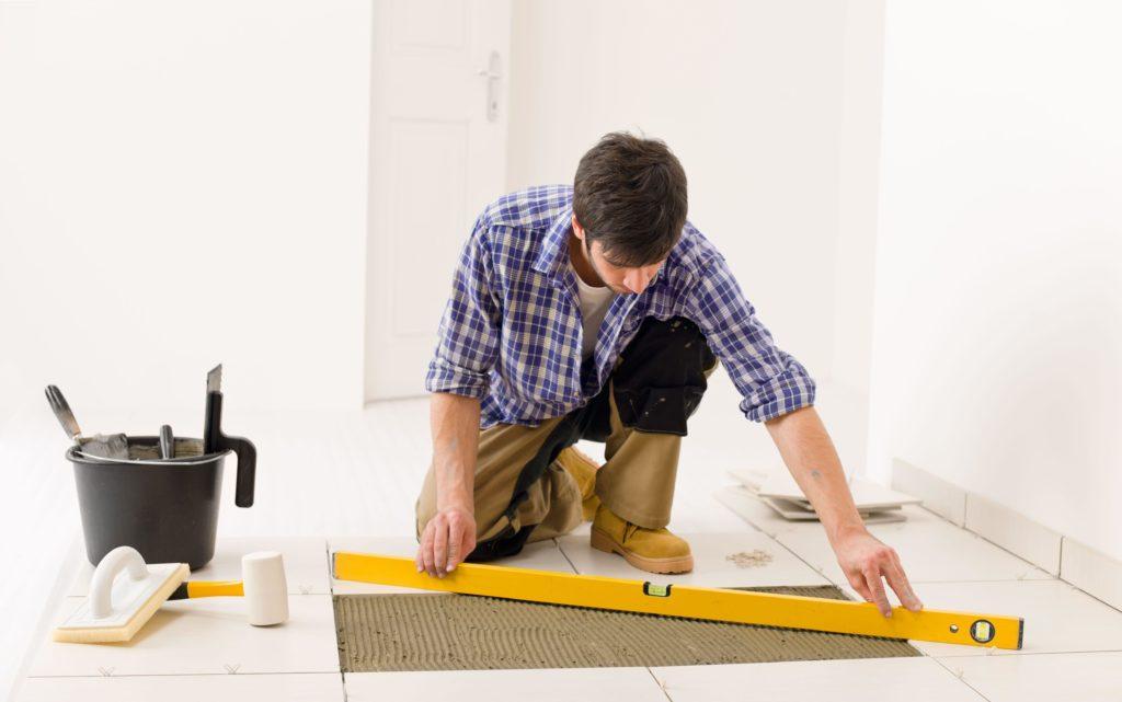 Как класть плитку на пол своими руками